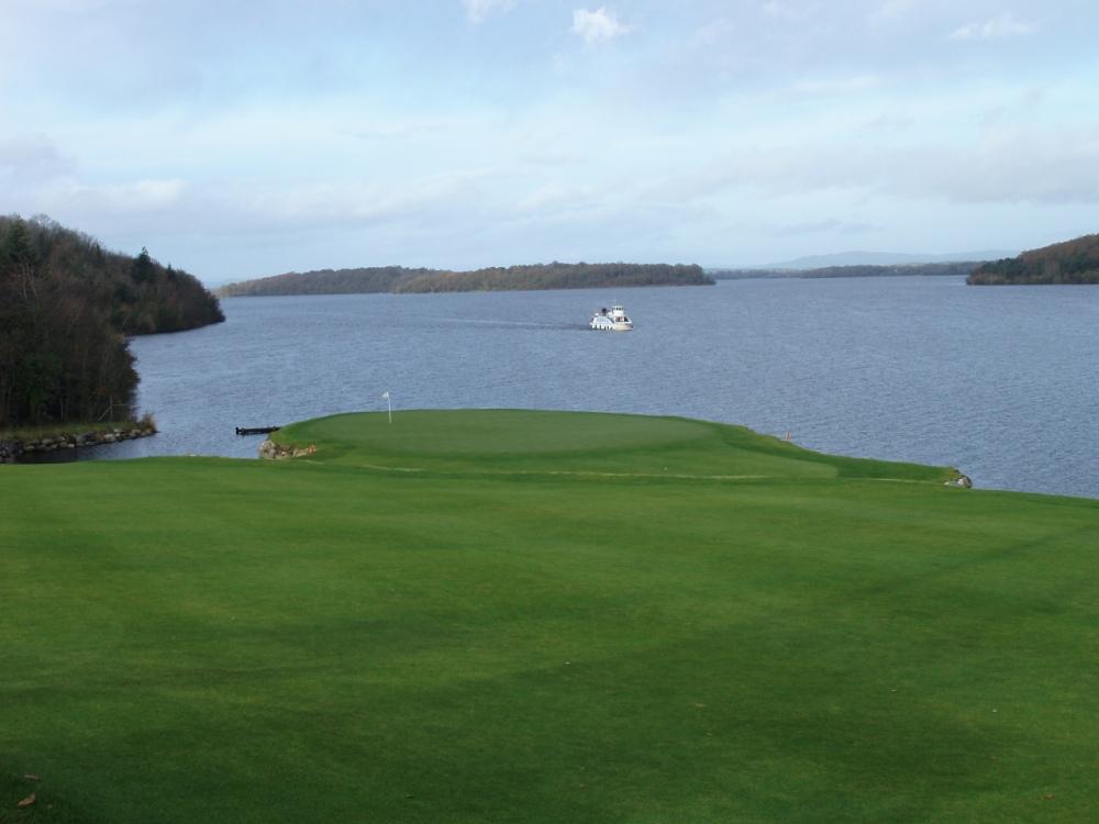 Green et lac sur le parcours de Lough Erne