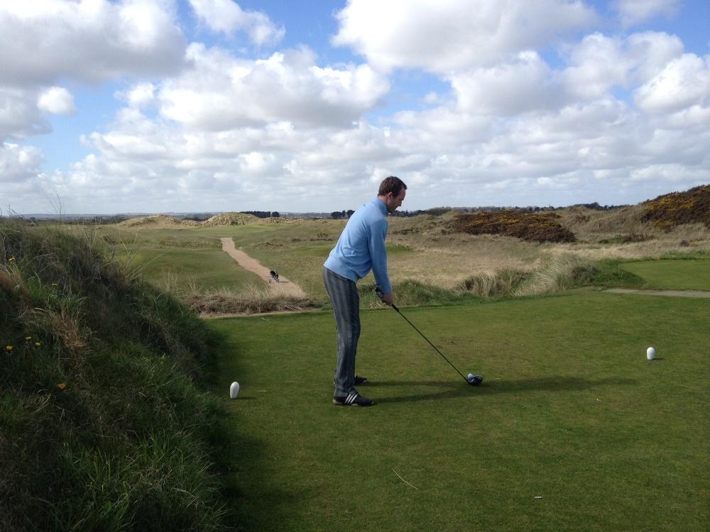 Golfeur au départ sur le parcours de County Louth