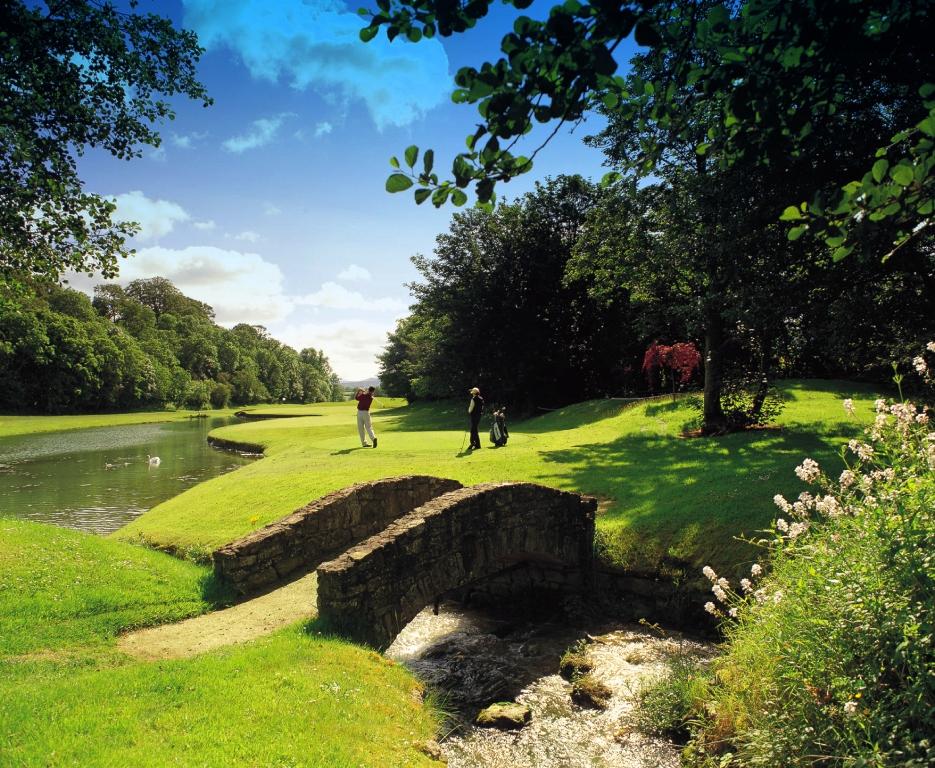 Pont et golfeurs sur le parcours de Mount Juliet