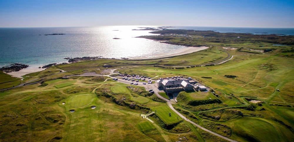 Clubhouse et mer, golf de Connemara en Irlande