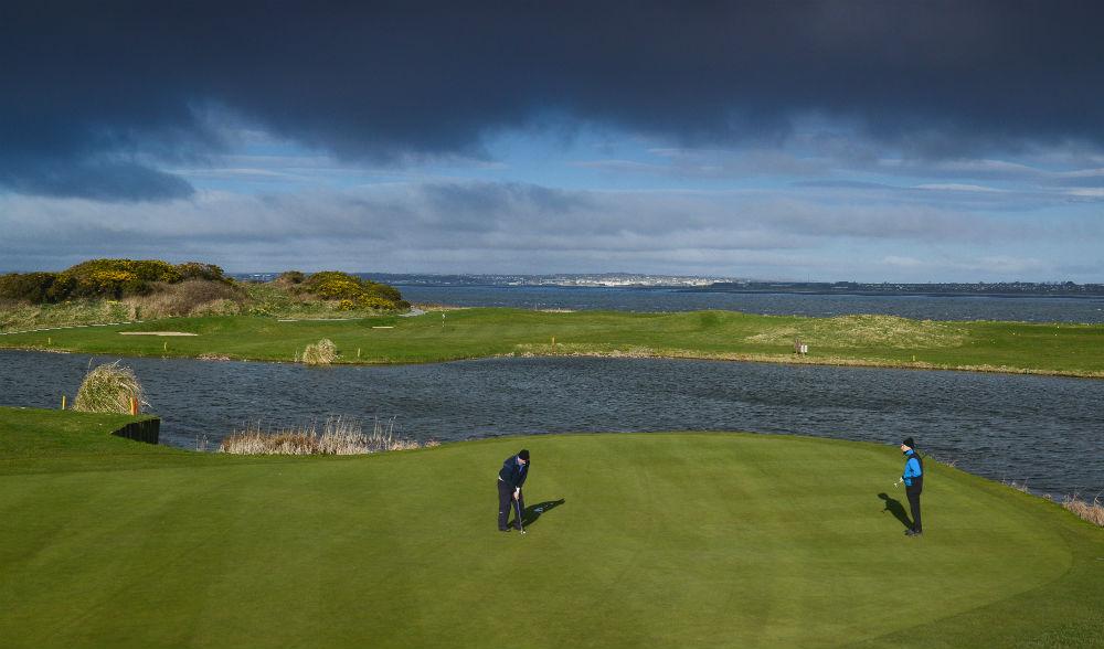 Green et golfeurs sur le parcourse de Galway Bay