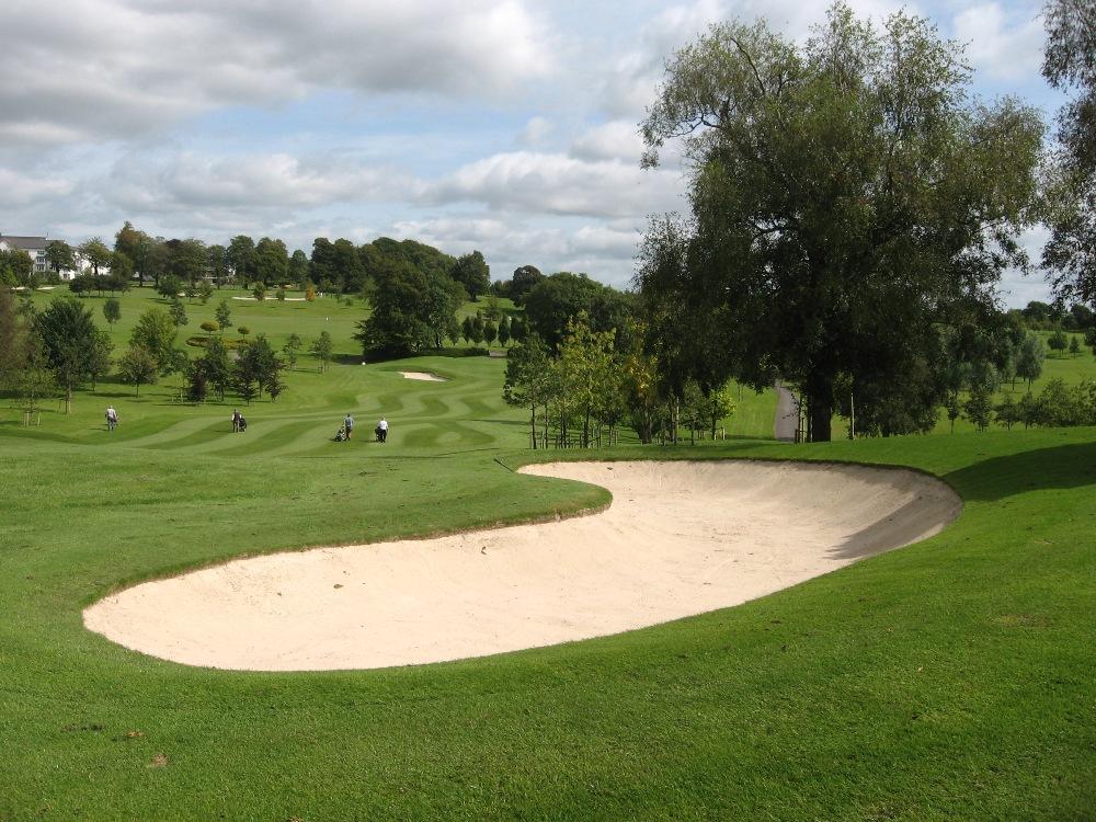 Bunker et golfeur sur le parcours de Slieve Russell