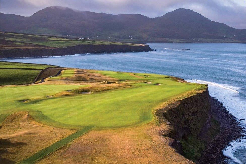 Mer et falaise sur le parcours de golf de Hogs Head en Irlande