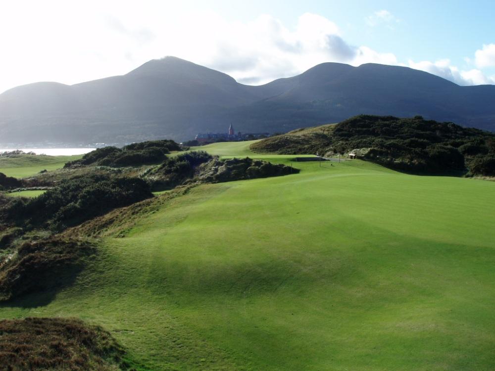 Green et montagne sur le parcours de Royal County Down