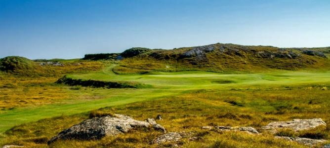 Green et pierres du golf de Connemara en Irlande