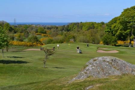 Golfeurs sur un trou en descente du parcours Dufferin au club de Clandeboye en Irlande du Nord