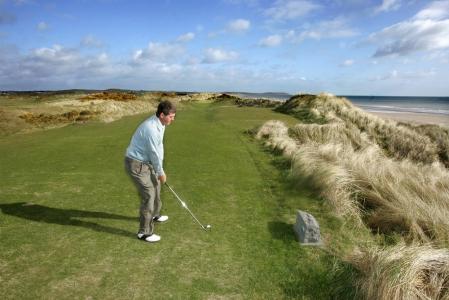 Golfeur professionnel sur un départ du parcours de Seapoint