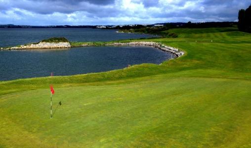 Green et mer sur le parcours de golf de Cork en Irlande