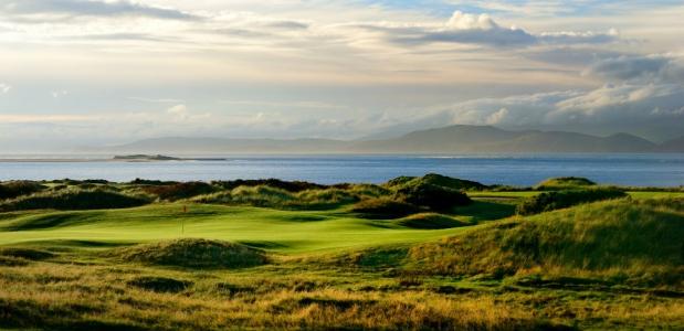 Vue panoramique d'un trou et de la mer sur le parcours Dooks en Irlande