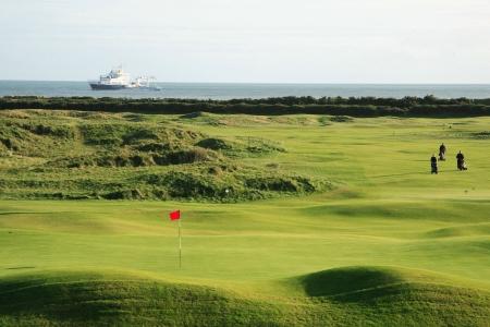 Golfeurs sur un trou proche de la mer sur le parcours de Arklow