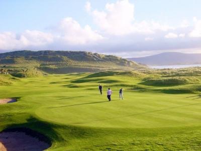 Golfeurs sur le golf de Strandhill en Irlande