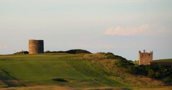 Tour, green et fairway sur le parcours de Kirkistown Castle