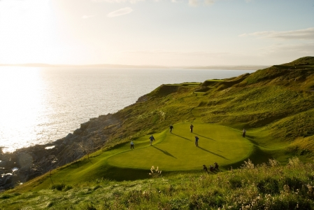 Green et golfeurs sur le parcours de Old Head