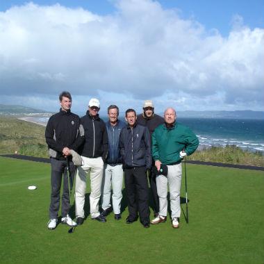 Groupe d'amis en séjour de golf en Irlande