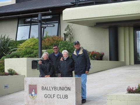 Group d'amis devant le clubhouse de Ballybunion en Irlande