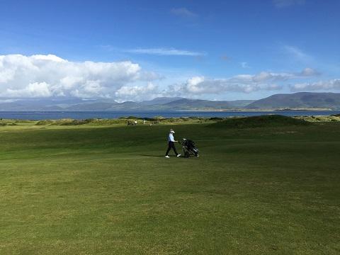 Golfeuses sur un parcours de golf en Irlande